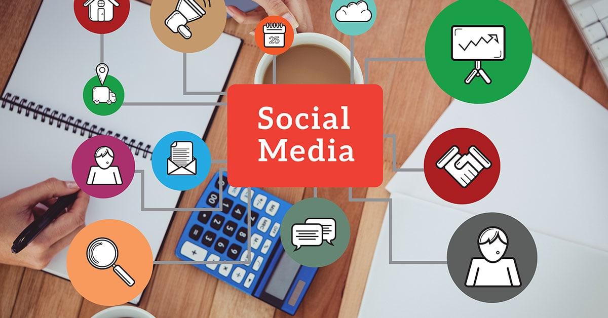 Γραφείο με κομπιουτεράκι, στυλο και τετράδιο και διάγραμμα που δείχνει πώς ωφελείται η επιχείρηση απ΄τη διαφήμιση μέσω social media