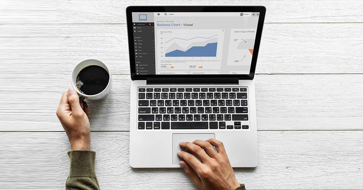 Χέρια άνδρα που δουλεύει σε laptop ενώ παρακολουθεί την απόδοση της στρατηγικής. Σημαντικό κομμάτι της διαχείρισης social media